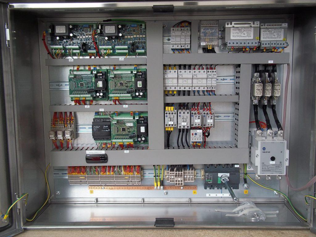 Quadri e cavi precablati e bordo macchina per applicazioni for Quadri per ufficio tecnico